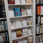 Ein neu bestücktes Taschenbuchtipp-Regal in der Buchhandlung